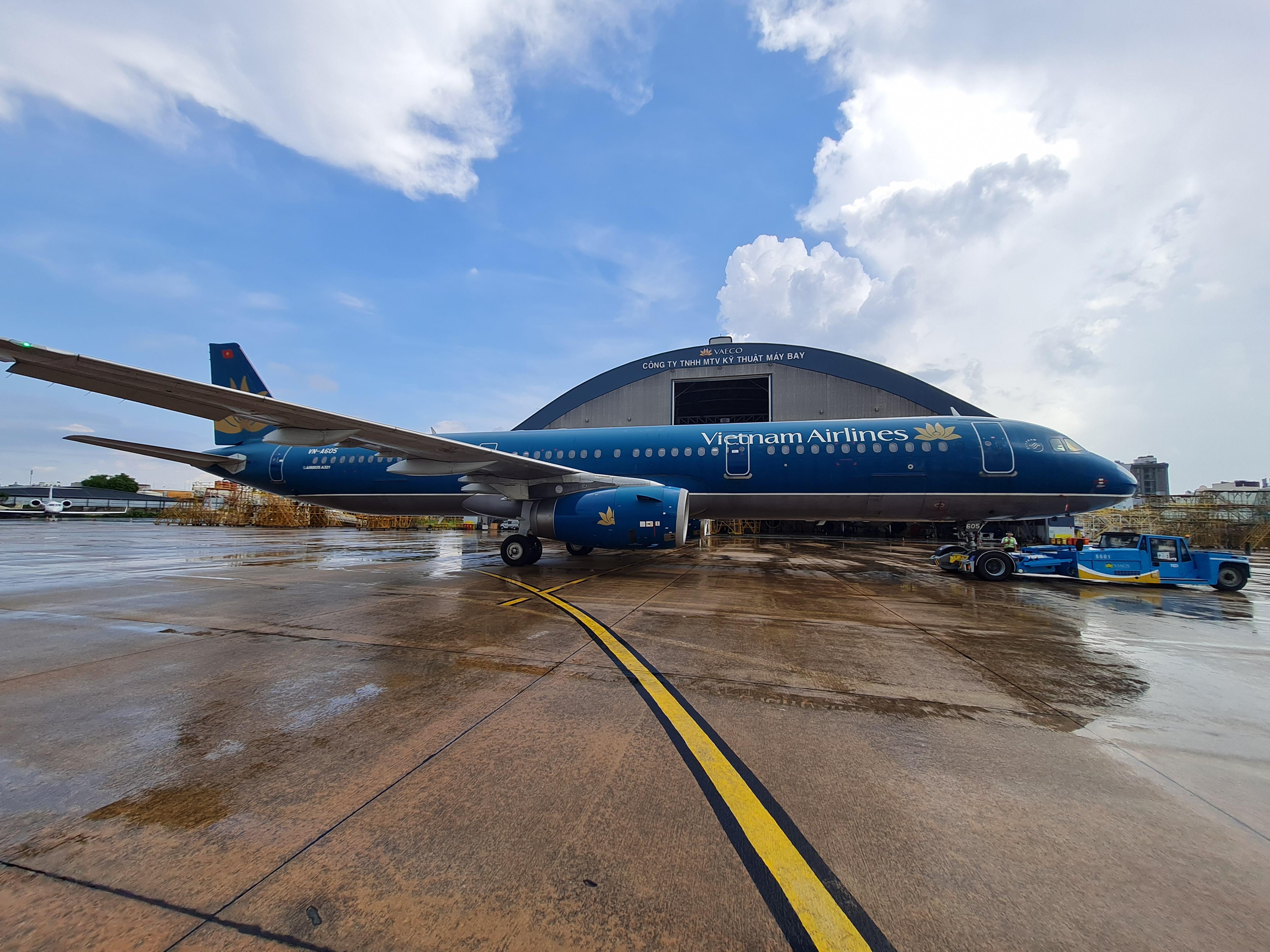 Bàn giao xe kéo đẩy máy bay TLD TPX-200MTX cho VIAGS tai các sân bay Tân Sơn Nhất, Nội Bài và Đà Nẵng.