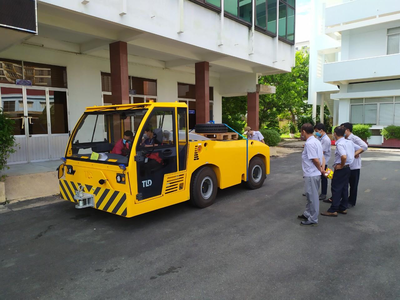 Bàn giao xe kéo đẩy máy bay TMX-150-12 cho VAECO tại sân bay Tân Sơn Nhất